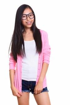 Foto de estúdio de uma jovem adolescente asiática feliz sorrindo
