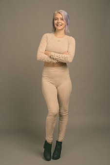 Foto de estúdio de uma jovem e bela mulher rebelde com cabelos coloridos em tons de cinza