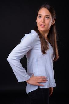 Foto de estúdio de uma jovem empresária multiétnica bonita contra um fundo preto