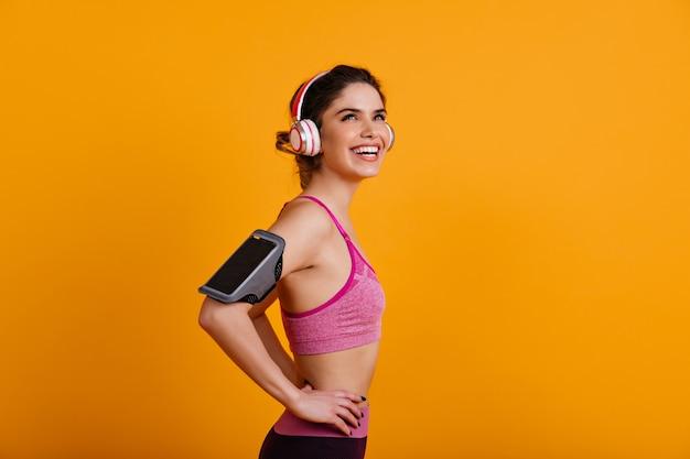 Foto de estúdio de uma jovem fazendo exercícios aeróbicos