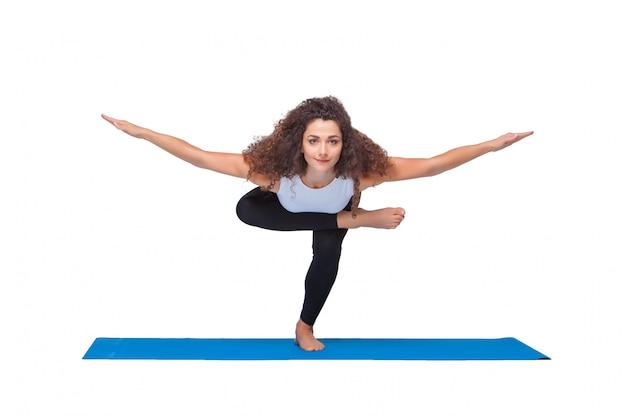 Foto de estúdio de uma jovem mulher apta a fazer exercícios de ioga.
