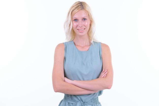 Foto de estúdio de uma jovem mulher bonita com cabelo loiro isolado contra um fundo branco