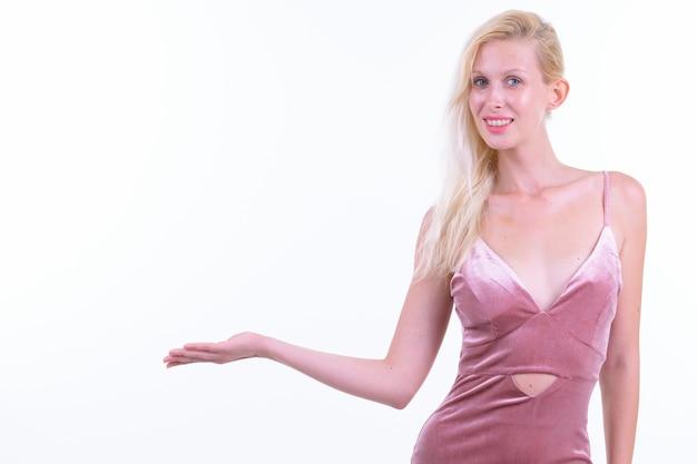 Foto de estúdio de uma jovem mulher bonita com cabelo loiro pronto para a festa, isolada contra um fundo branco