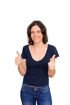 Foto de estúdio de uma linda mulher com cabelo curto isolado contra um fundo branco