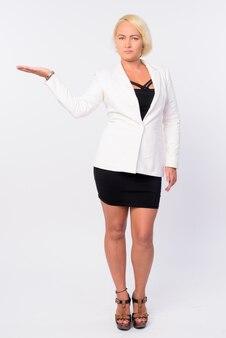 Foto de estúdio de uma linda mulher de negócios com cabelo loiro isolado contra um fundo branco