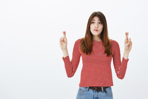 Foto de estúdio de uma menina morena em roupa casual