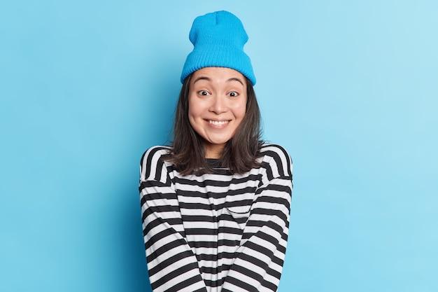 Foto de estúdio de uma mulher asiática bonita e feliz com cabelo escuro.