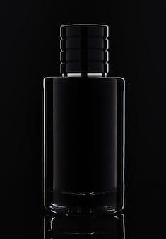 Foto de estúdio do frasco de perfume de vidro escuro no preto com iluminação perfeita