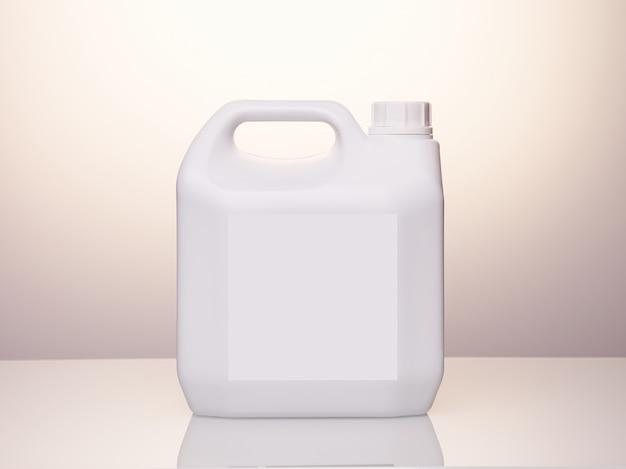 Foto de estúdio mock up vasilha de plástico branco em branco para design de marca e embalagem.