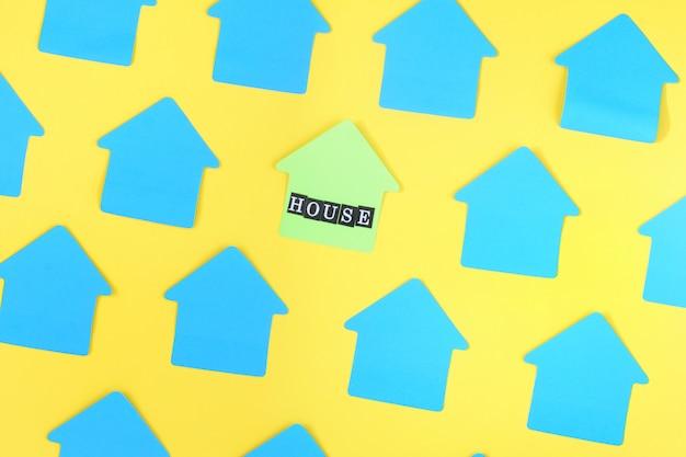 Foto de etiquetas azuis em branco sobre um fundo amarelo.