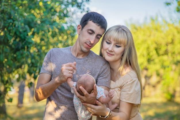 Foto de família com um bebê recém-nascido. foco seletivo. pessoas.