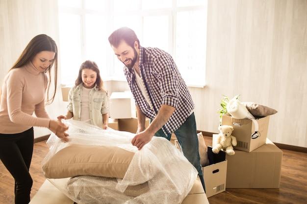 Foto de família desempacotando coisas