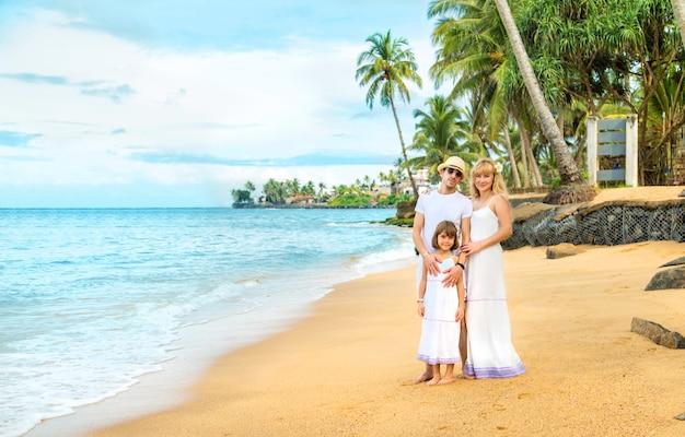 Foto de família em uma praia exótica.