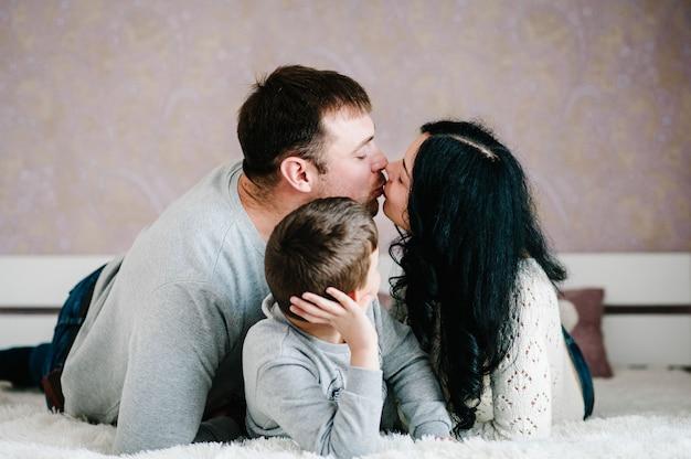 Foto de família feliz no quarto