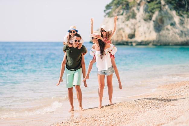 Foto de família feliz se divertindo na praia. estilo de vida de verão