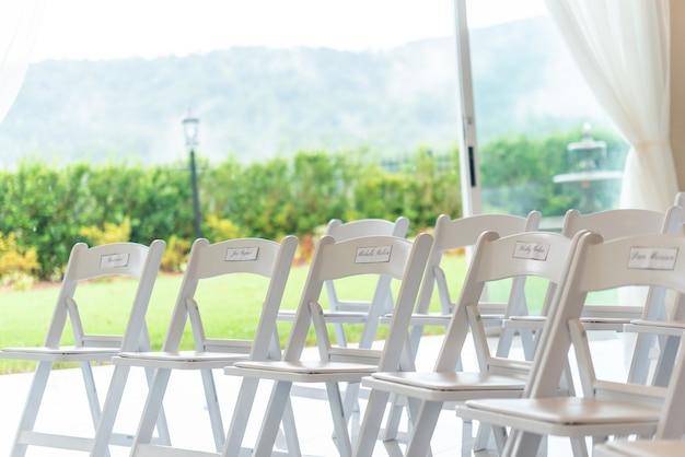 Foto de foco raso de fileiras de cadeiras com um fundo desfocado