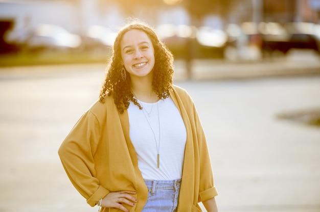 Foto de foco raso de uma mulher branca atraente sorrindo