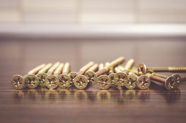 Foto de foco seletivo de chaves de fenda em uma superfície de madeira