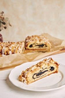 Foto de foco seletivo de deliciosas sementes de papoula pedaço de bolo com cobertura de açúcar branco