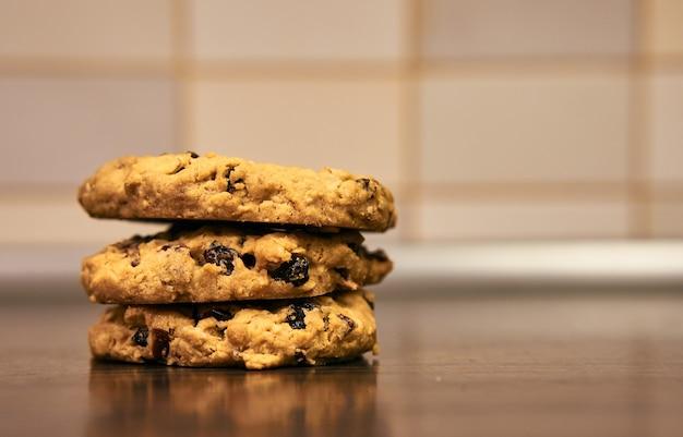 Foto de foco seletivo de deliciosos biscoitos com passas