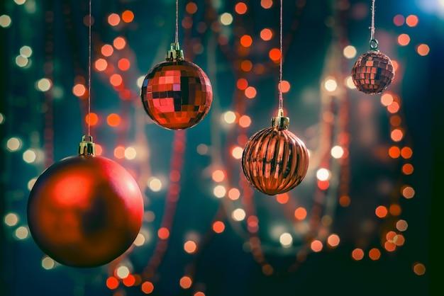Foto de foco seletivo de enfeites e decorações de natal