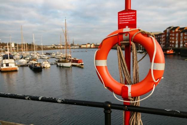 Foto de foco seletivo de um anel de bóia salva-vidas em um veleiro