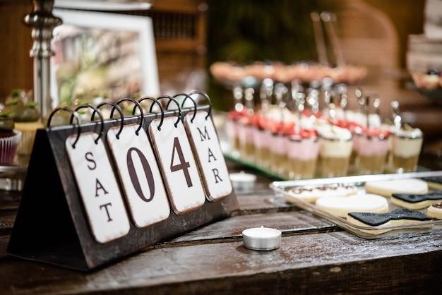 Foto de foco seletivo de um calendário mostrando o dia do casamento