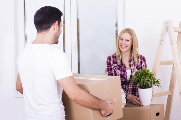 Foto de foco seletivo de um casal branco feliz se mudando para uma nova casa