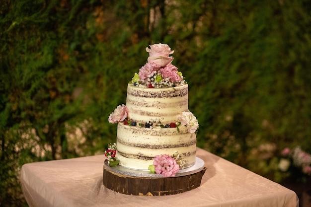 Foto de foco seletivo de um delicioso bolo de casamento com decorações florais