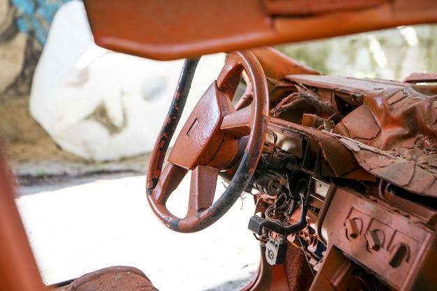 Foto de foco seletivo de um volante de um carro enferrujado