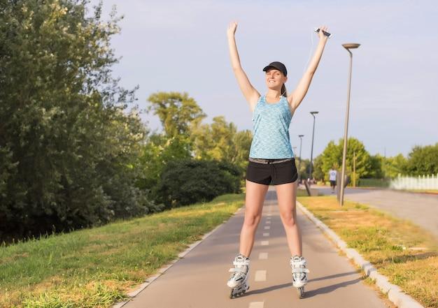 Foto de foco seletivo de uma jovem branca patinando