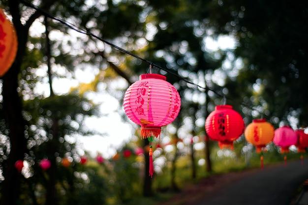 Foto de foco seletivo de uma lanterna chinesa rosa pendurada em um fio