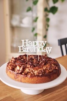 Foto de foco seletivo do delicioso bolo de aniversário