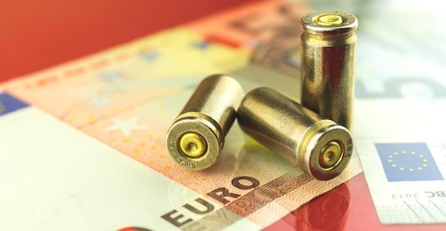 Foto de fundo de bala e dinheiro em euros, notas, finanças e segurança