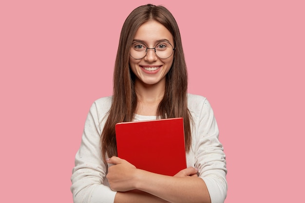 Foto de garota bonita sorrindo agradavelmente da cintura para cima