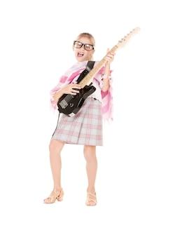 Foto de garota engraçada usando especificações técnicas com guitarra elétrica