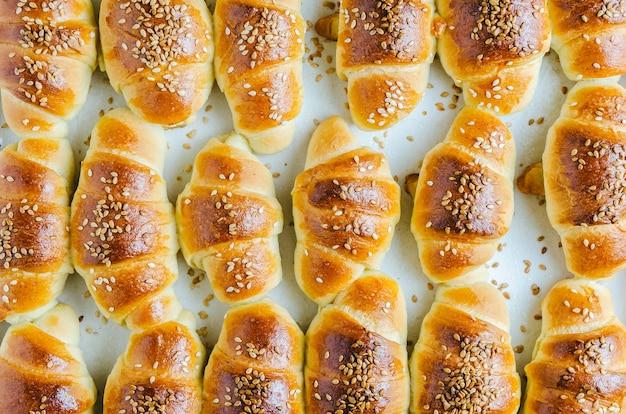 Foto de grande angular de pequenos croissants deliciosos tirados do forno