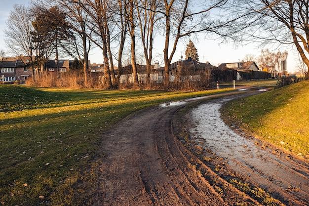 Foto de grande angular de um parque cercado por árvores durante o dia