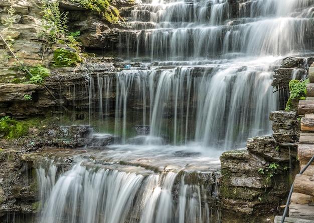 Foto de grande angular de uma cachoeira no parque estadual de chittenango falls, nos eua