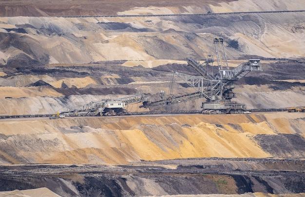 Foto de grande angular de uma máquina em uma paisagem feita de areia e pedras