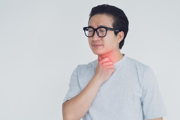 Foto de homem asiático com dor de garganta