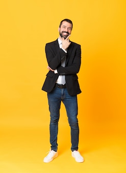 Foto de homem de negócios sobre isolado fundo amarelo sorrindo