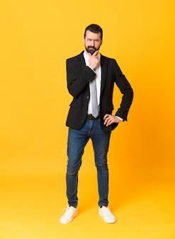 Foto de homem de negócios sobre o pensamento amarelo isolado
