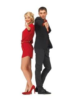 Foto de homem e mulher mostrando os polegares para cima e para baixo