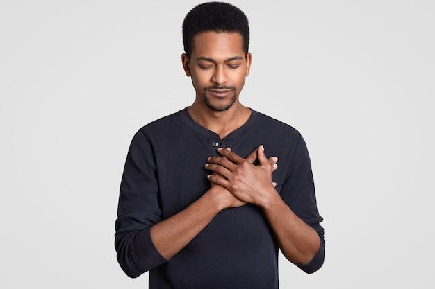 Foto de homem negro com expressão fiel