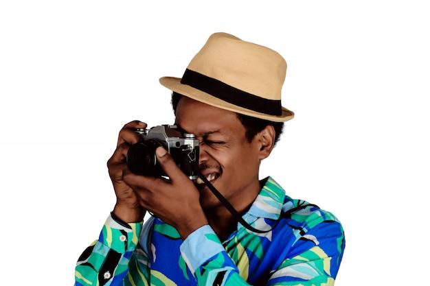 Foto de homem turista tomada com câmera retro