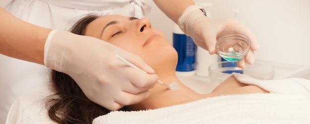 Foto de jovem em tratamento cosmetologista