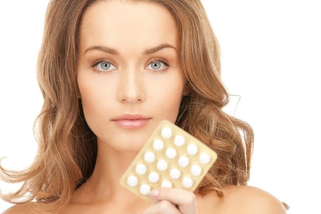 Foto de jovem mulher bonita com comprimidos