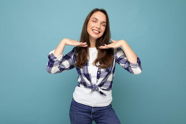 Foto de jovem positiva deliciosa sorridente linda morena com emoções sinceras
