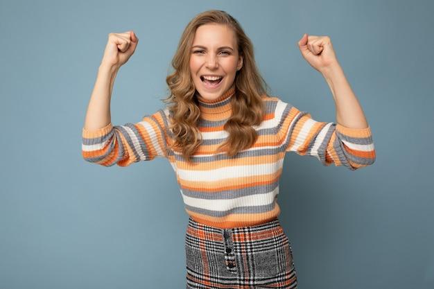 Foto de jovem positiva feliz sorrindo linda mulher com emoções sinceras vestindo roupas elegantes